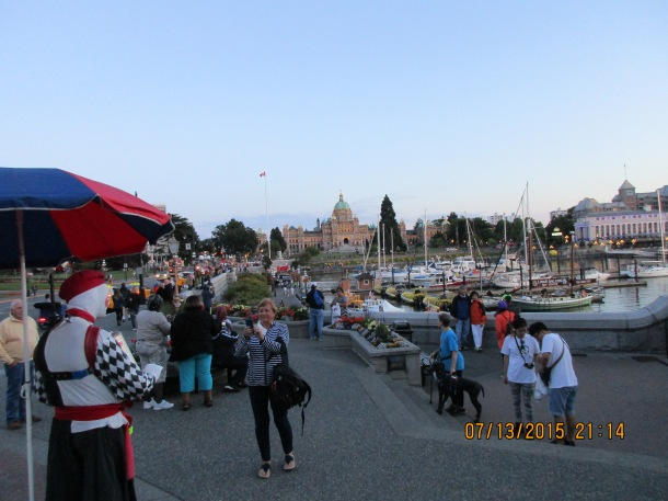 A mime performs - the harbor in Victoria